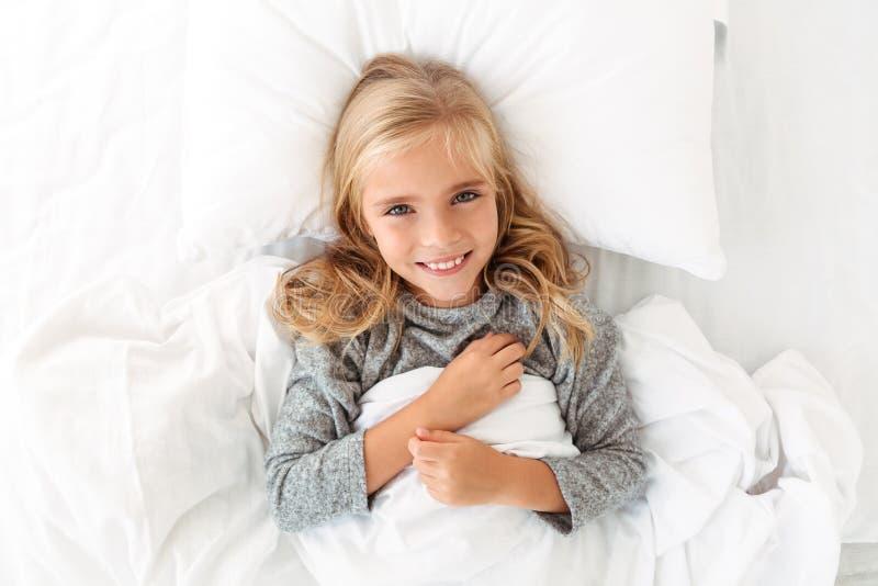 微笑和看照相机w的迷人的白肤金发的女孩顶视图  库存照片