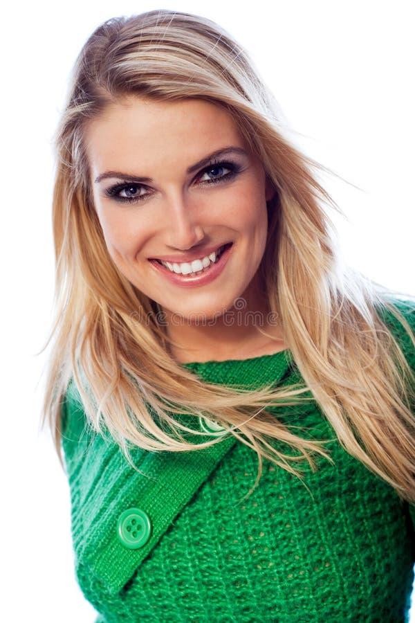 微笑和确信的美丽的白肤金发的妇女 库存图片