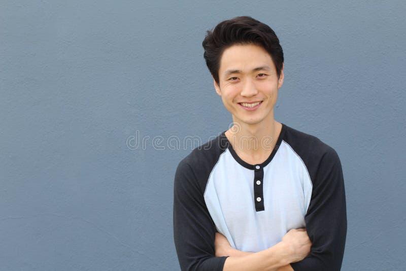 亚洲日p网手机_微笑和笑与胳膊的年轻亚洲男性横渡