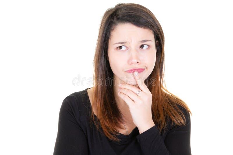 微笑和认为在白色背景的深色的年轻愉快的妇女画象  免版税库存照片