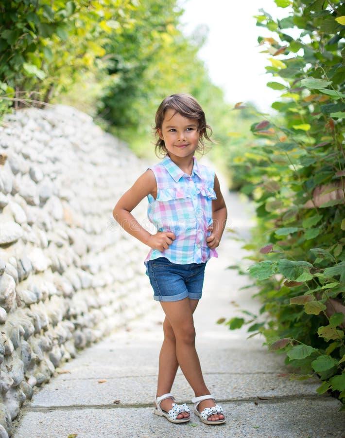 微笑和possing本质上的女孩 免版税库存图片