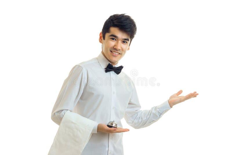 微笑在一件白色衬衣的英俊的侍者今后借一个帮手 库存图片