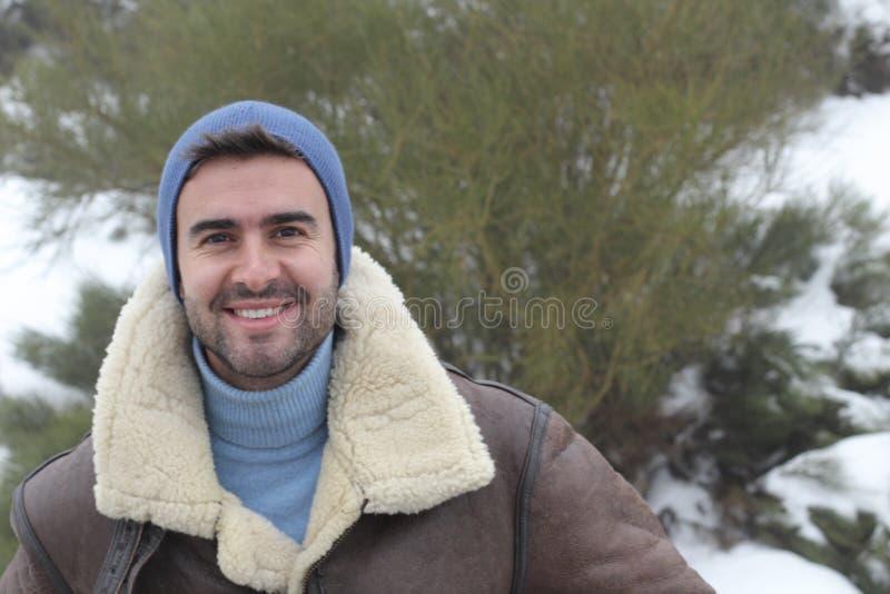微笑在与拷贝空间的冬天冷气候的英俊的人 库存图片