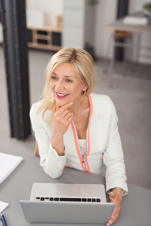 微笑在乐趣的活泼的女实业家 免版税库存图片