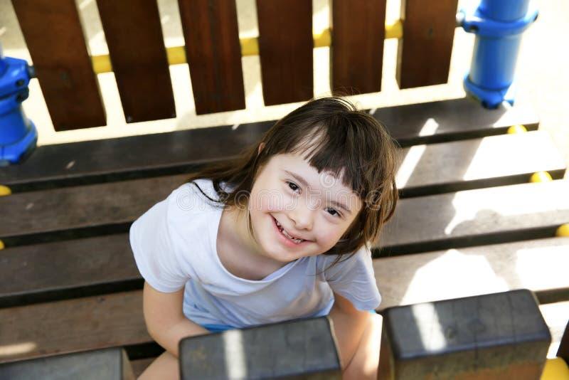 微笑在公园的女孩画象 库存照片