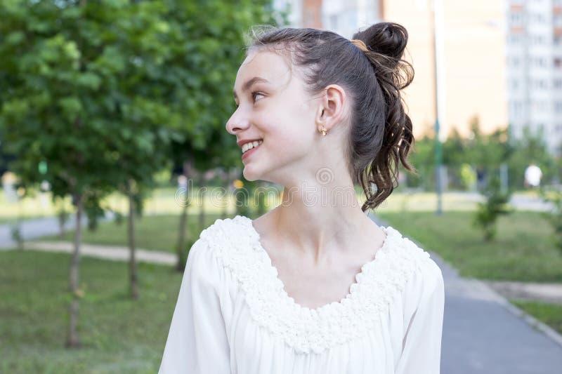 微笑在公园的女孩 库存图片