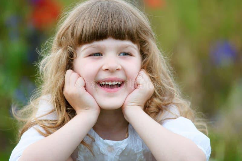 微笑在公园的特写镜头画象逗人喜爱的小女孩 免版税库存图片
