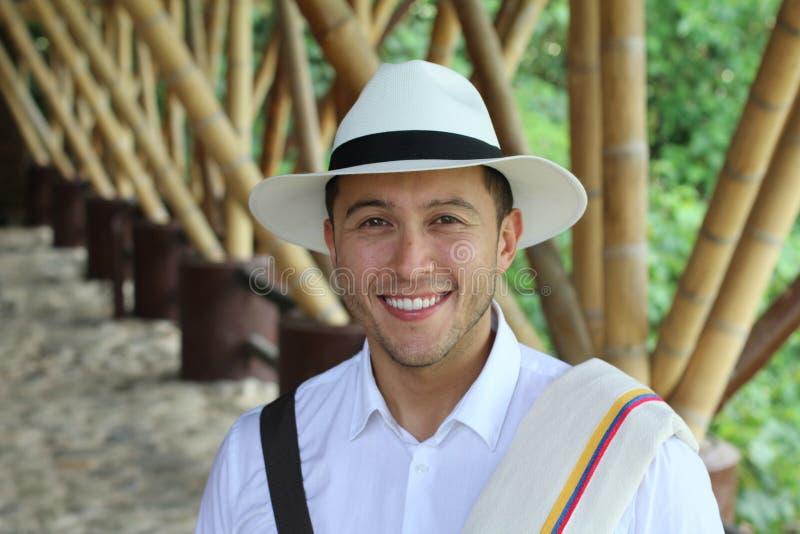 微笑在典型的哥伦比亚的成套装备的人 免版税库存图片