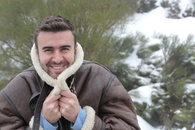 微笑在冬天冷气候的英俊的人 免版税库存照片