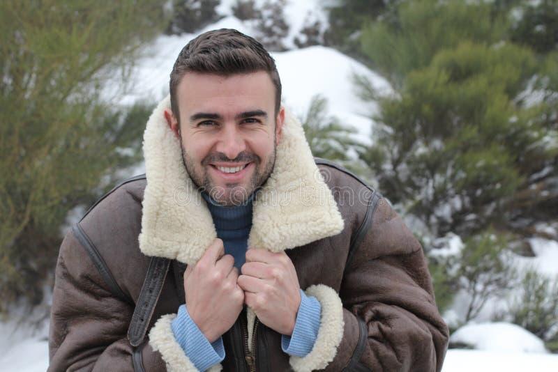 微笑在冬天冷气候的英俊的人 图库摄影