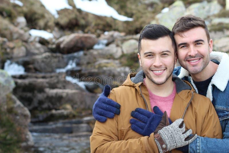 微笑在冬天的快乐夫妇 库存照片