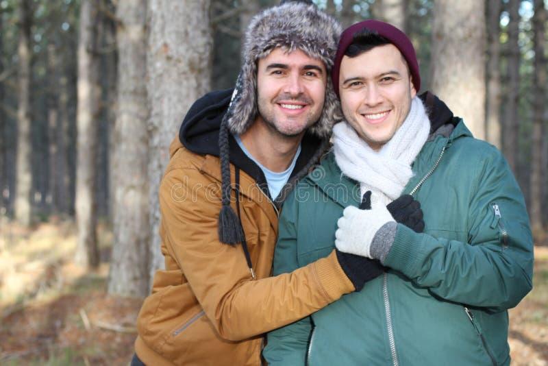 微笑在冬天的快乐夫妇 图库摄影