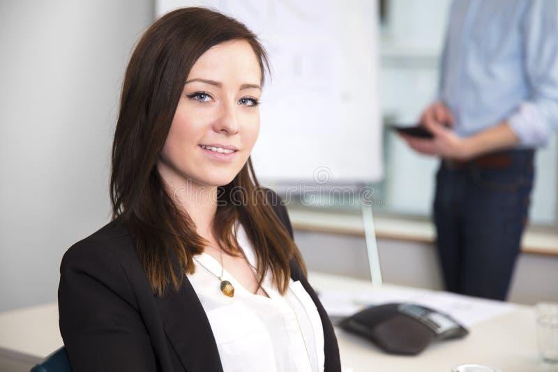 微笑在办公室的确信的女实业家 库存图片