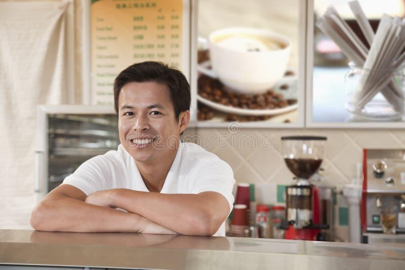 微笑在咖啡店的Barista画象 免版税库存照片