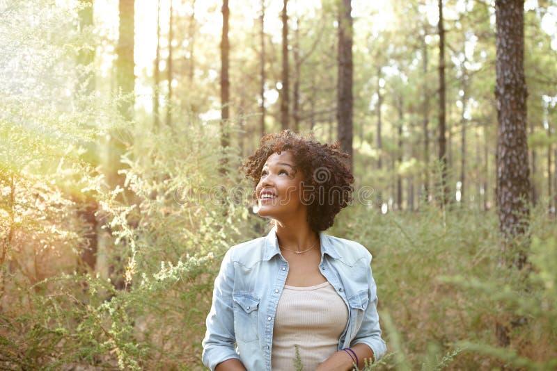 微笑在森林的女孩 免版税图库摄影