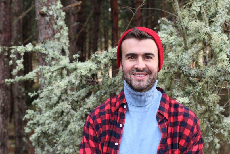 微笑在森林里的可爱的人在冬天 库存图片