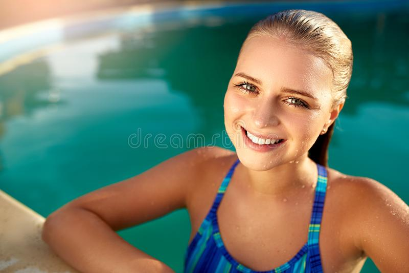 微笑在水池边的可爱的情感白肤金发的女孩画象  有灼烧的眼睛的青少年湿妇女出来了 库存图片