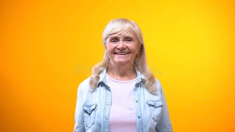 微笑在照相机,满意的顾客的概念,好服务的友好的老妇人 免版税库存图片