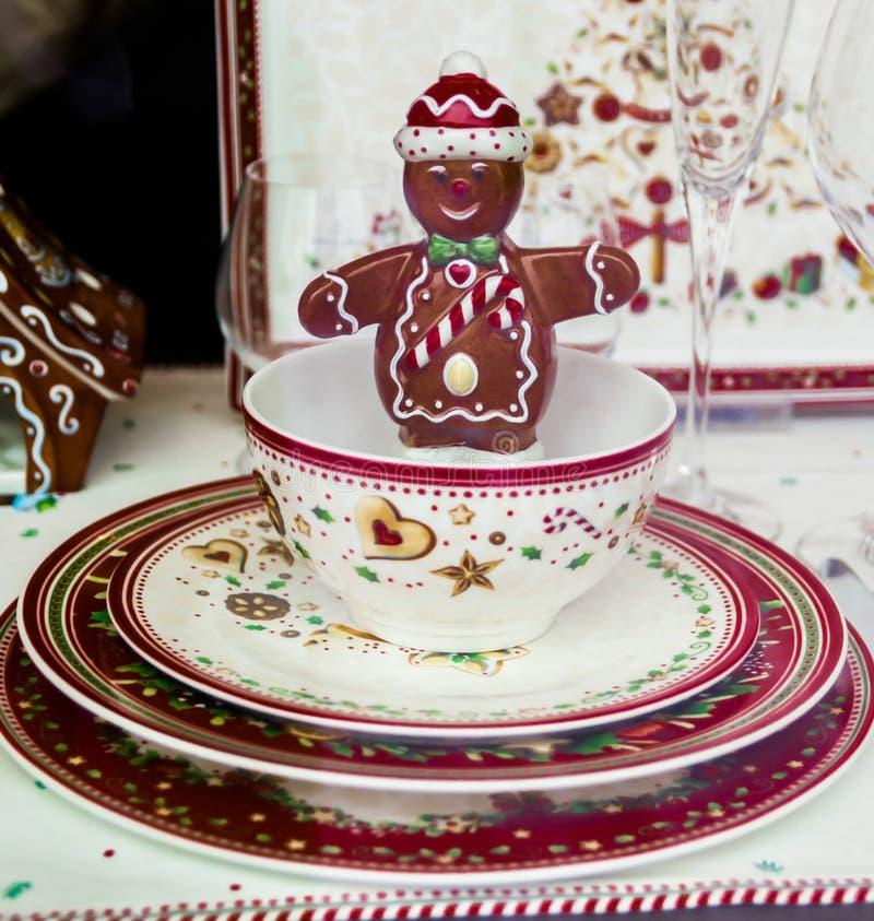 微笑在瓷板材的瓷杯子的一点巧克力人 库存照片