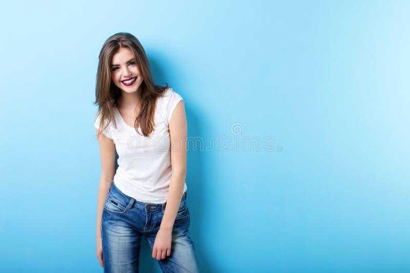 微笑在蓝色的现代妇女 免版税库存照片