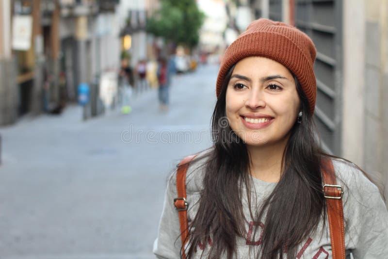 微笑在街道上的逗人喜爱的拉丁妇女 库存照片