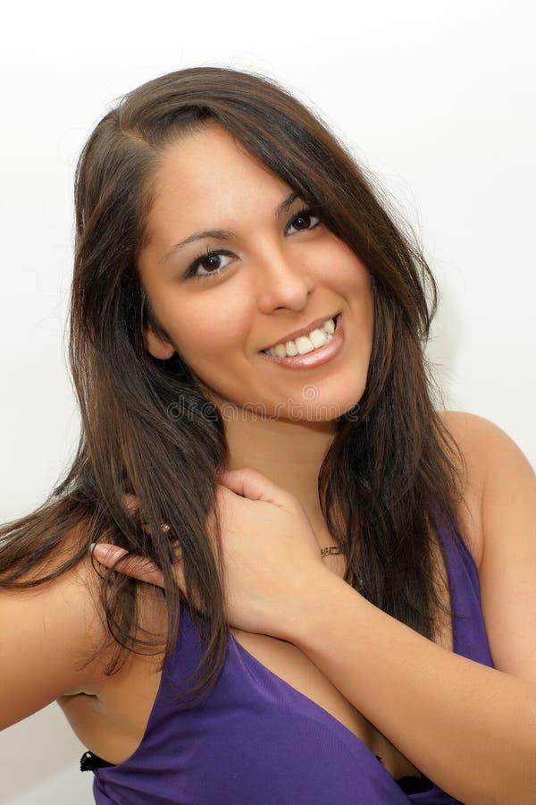微笑在被隔绝的白色背景的可爱的年轻女人 库存图片