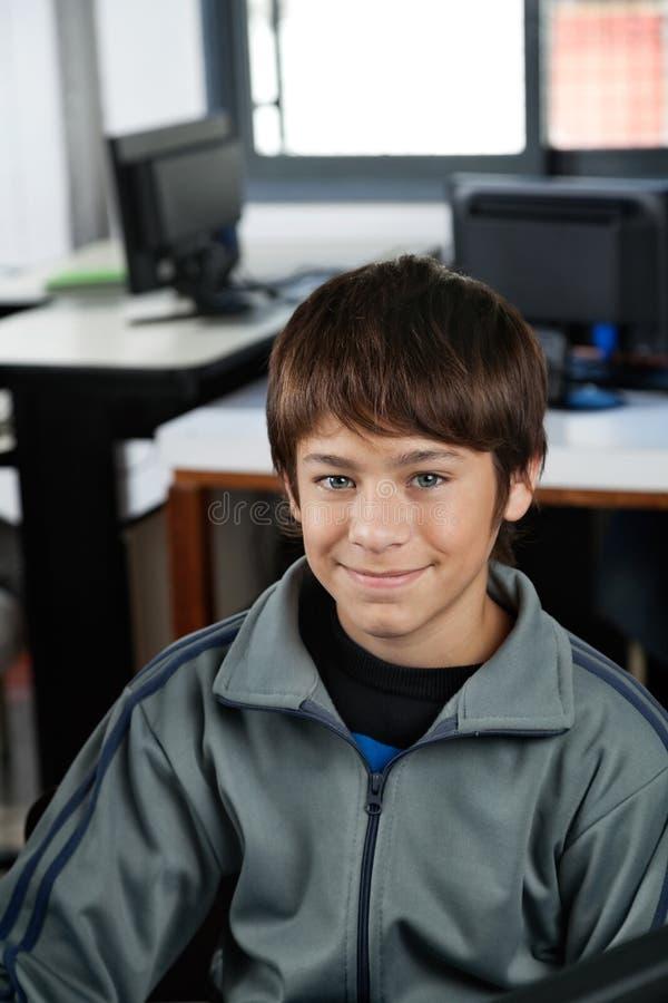 微笑在计算机类的高中学生 免版税图库摄影