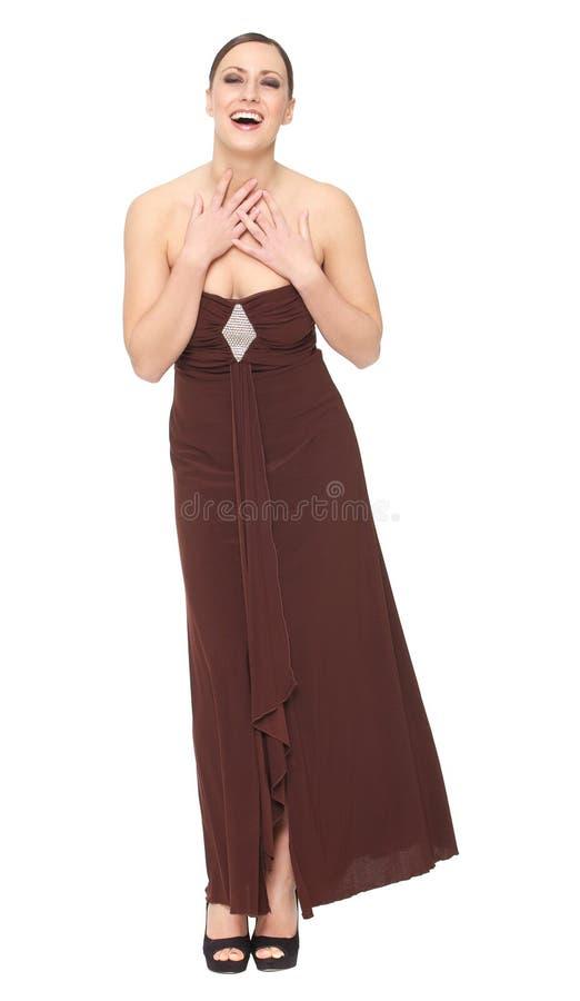 微笑在长的庄重装束的一个美丽的少妇的画象 免版税库存照片