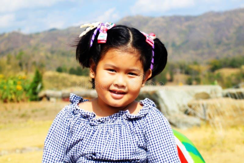 微笑在领域的愉快的女孩 库存照片