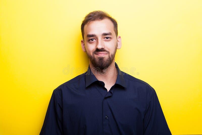 微笑在黄色背景的愉快的快乐的人 免版税图库摄影