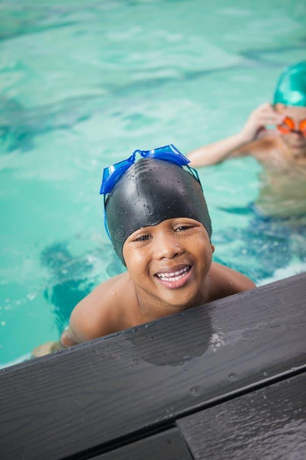 微笑在水池的小男孩 免版税库存照片