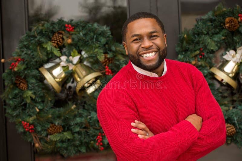 微笑外面对圣诞节的非裔美国人的人 免版税图库摄影