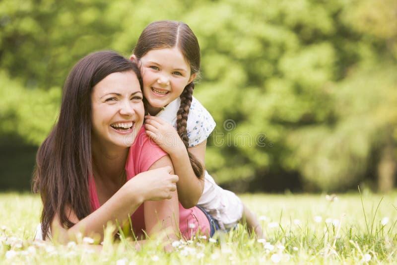 微笑女儿位于的母亲户外 库存照片