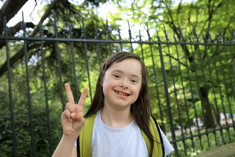 微笑女孩的画象外面 免版税库存图片