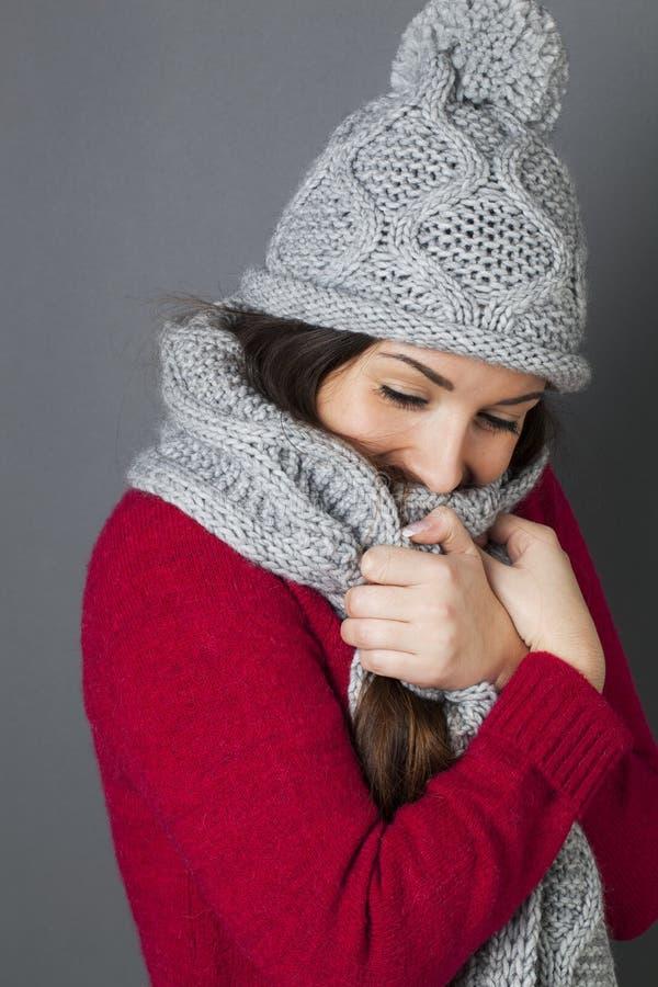 微笑女性的少年,包裹在温暖的舒适冬天围巾 免版税库存照片