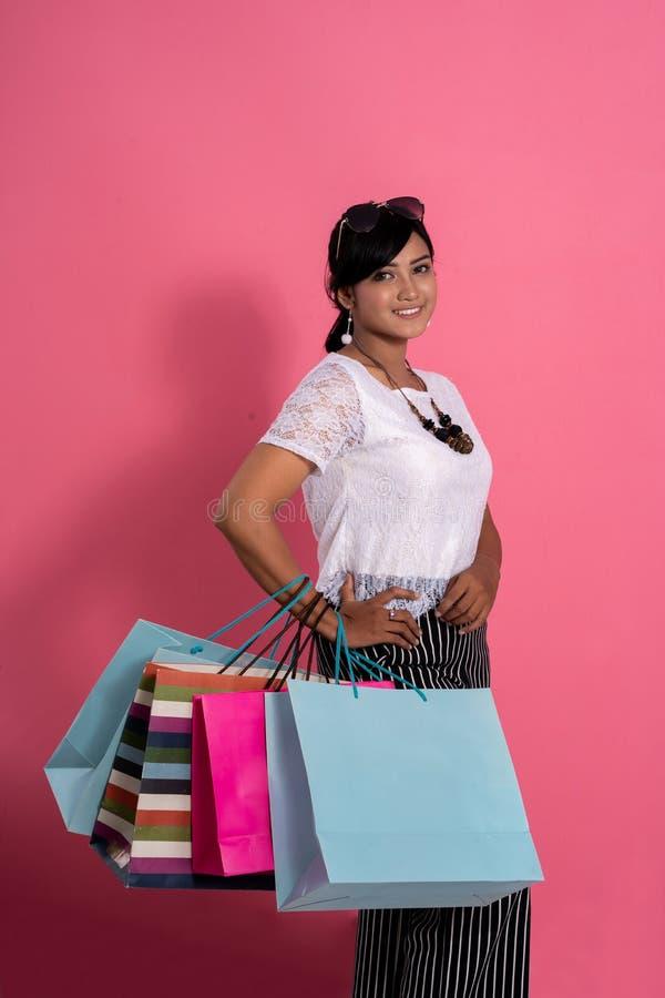 微笑女性的顾客拿着购物带来 免版税库存照片