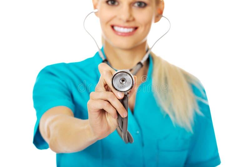 微笑女性医生或护士用途听诊器 库存照片