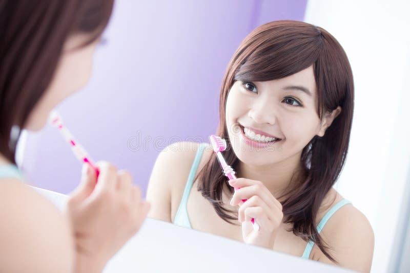 微笑妇女刷子牙 免版税库存照片