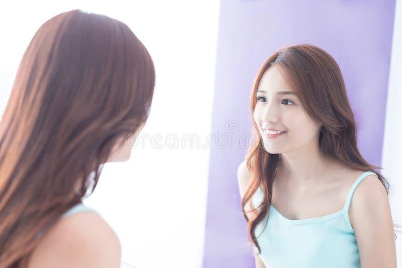 微笑妇女神色镜子. 夫人, 健康.图片
