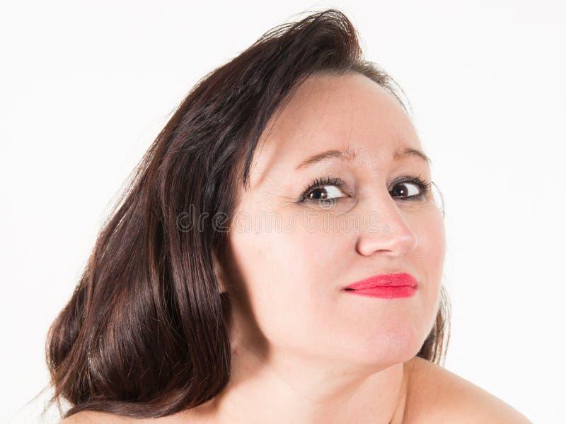 微笑对与裸体肩膀的照相机的性感的成熟妇女画象在被隔绝的演播室 库存图片