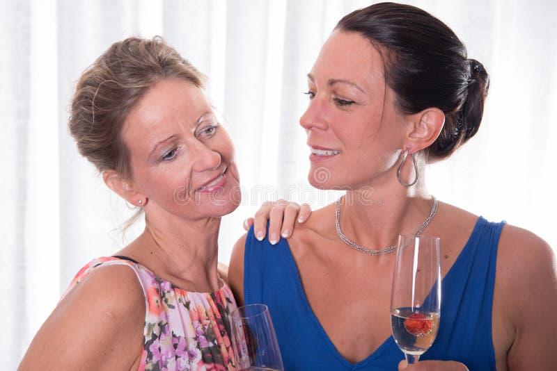微笑对彼此的画象可爱的妇女 免版税库存照片