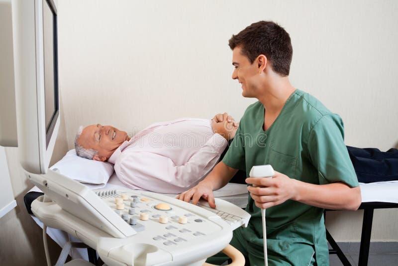微笑对患者的放射性技术员 免版税库存图片