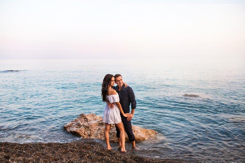 微笑对日落的浪漫夫妇跳舞ans 库存照片
