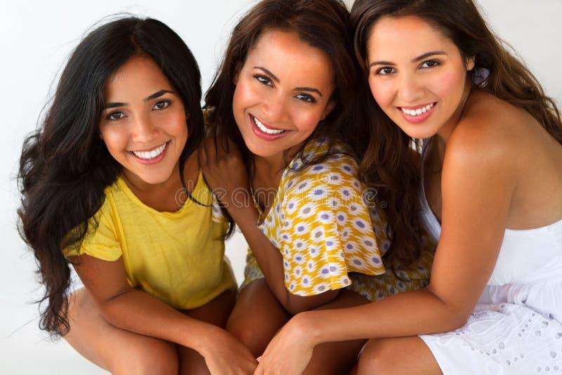微笑对海滩的美丽的西班牙妇女 免版税库存图片