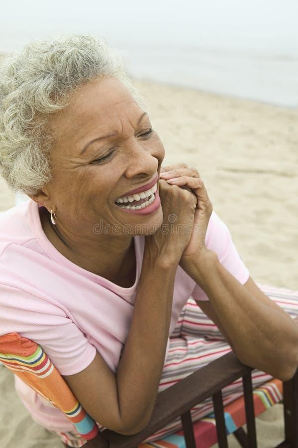 微笑对海滩(特写镜头)的资深妇女 免版税库存图片