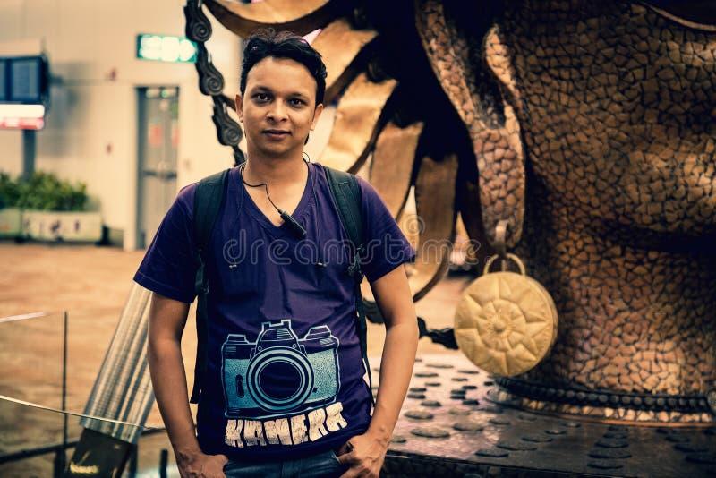 微笑对照相机的一个英俊的印地安人 库存照片