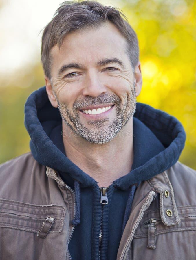 微笑对照相机的一个活跃人的画象 免版税库存图片