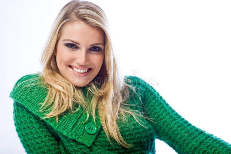 微笑对照相机的一名白肤金发的妇女的画象 免版税库存照片