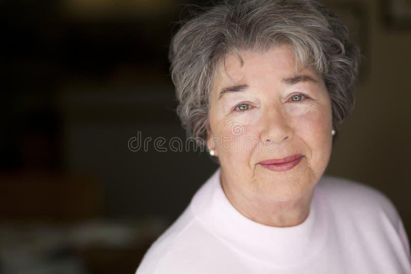 微笑对照相机的一名资深妇女的画象 库存图片