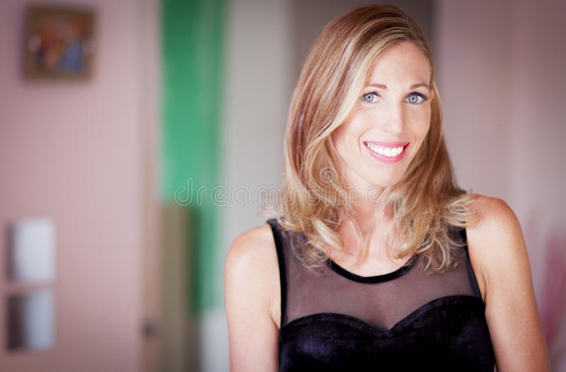 微笑对照相机的一名经典妇女的画象 免版税库存图片